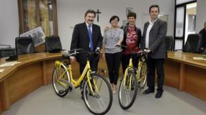 Consegna delle biciclette gialle