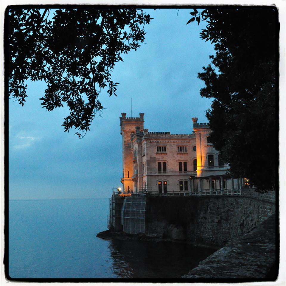 Il castello di Miramare al tramonto