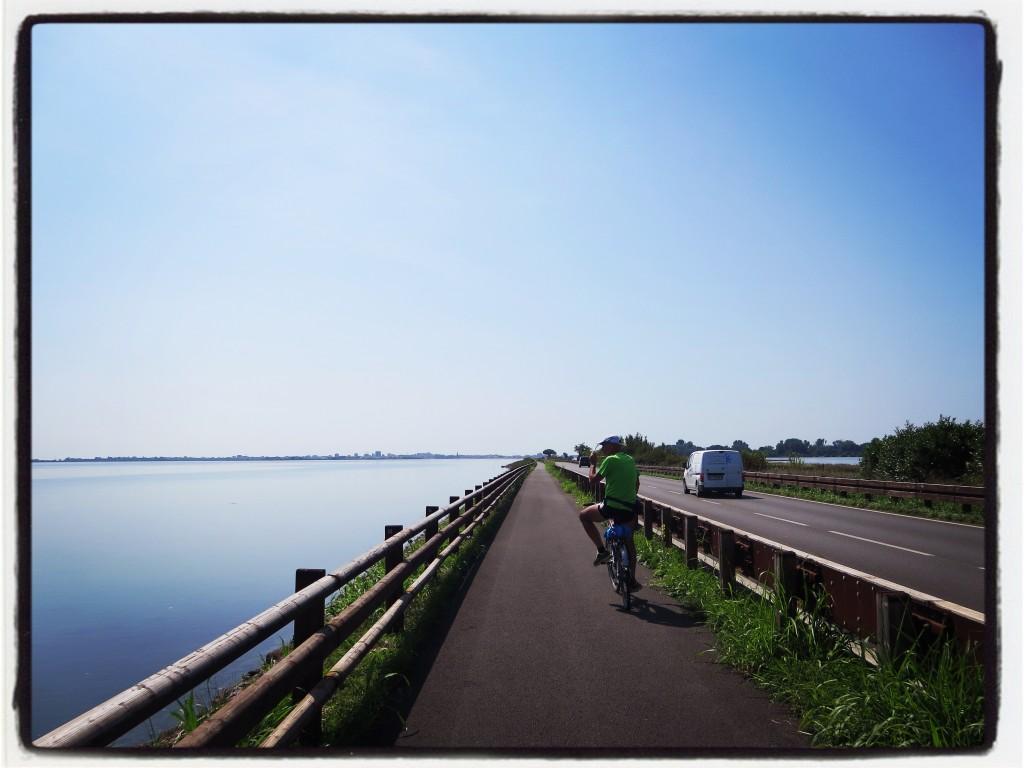 Una ciclabile che attraversa la laguna di Grado